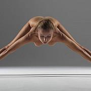 o instructoare de yoga a pozat in cele mai complicate pozitii