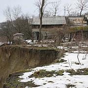 prahova asaltata de alunecari de teren