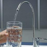 presedintia daneza a ue renunta la apa minerala pentru cea de la robinet
