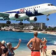 filmul uimitor in care un avion trece chiar pe deasupra unei plaje pline de turisti