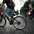 bucurestenii fac coada pentru cupoanele la biciclete