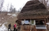 pentru prima data in viata 2 batrani dintr-un sat din romania au lumina in case