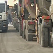 aglomeratie de camioane la salina slanic