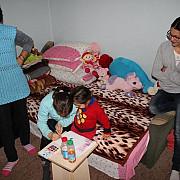 mama fiica si nepoata din comarnic lupta sa-si construiasca o noua locuinta