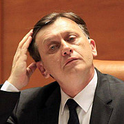 antonescu iritat de intrebarile privind absenta sa de la parlament