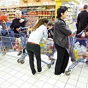 romanii au inceput sa cheltuiasca consumul a crescut pentru a cincea luna consecutiv