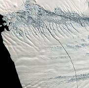 un iceberg imens s-a desprins de calota glaciara si pluteste in oceanul antarctic