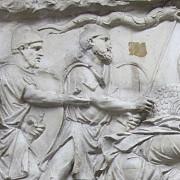 o varianta a draconului dacic apare purtat in lupta si de legendarul rege britanic arthur