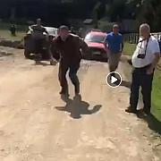 george simion candidat independent la europarlamentare batut de extremisti maghiari la cimitirul din valea uzului unde crucile eroilor romani au fost acoperite cu saci negri