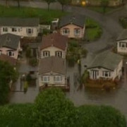marea britanie doua persoane au murit iar 800 de case au fost inundate