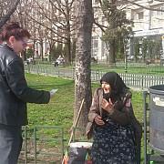 vicepresedintele asociatiei mic news maria voicu a fost surprinsa cum ajuta o batranica ce vindea flori