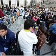 mii de oameni stau la cozi sa-si cumpere telefon mobil