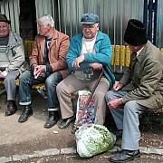 oprescu imparte tichete pentru medicamente pensionarilor