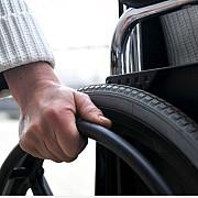 persoanele cu dizabilitati date afara guvernul desfiinteaza centrele rezidentiale