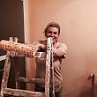 presedintele unei tari din europa isi zugraveste singur apartamentul