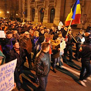 reinvie piata universitatii  12 ore de proteste violente in bucuresti