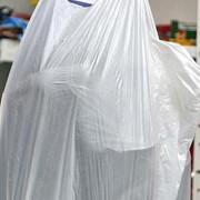 comisia europeana ar putea interzice folosirea pungilor de plastic