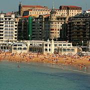 locuitorii unui oras din spania protesteaza impotriva turistilor