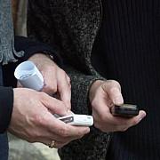 atentie telefoanele mobile interzise in cabinele de vot