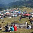 aproximativ 1500 de persoane intre care udrea si diaconescu la targul de fete de pe muntele gaina