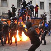 tineri voluntari se inarmeaza in ucraina pentru a lupta impotriva rusilor