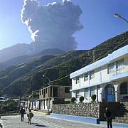 vulcanul ubinas a trimis gaze si cenusa la 4000 de metri inaltime