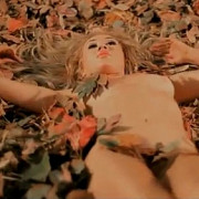 xonia goala in padure in ultimul videoclip