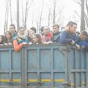 zeci de elevi dusi la munca in remorca unui camion