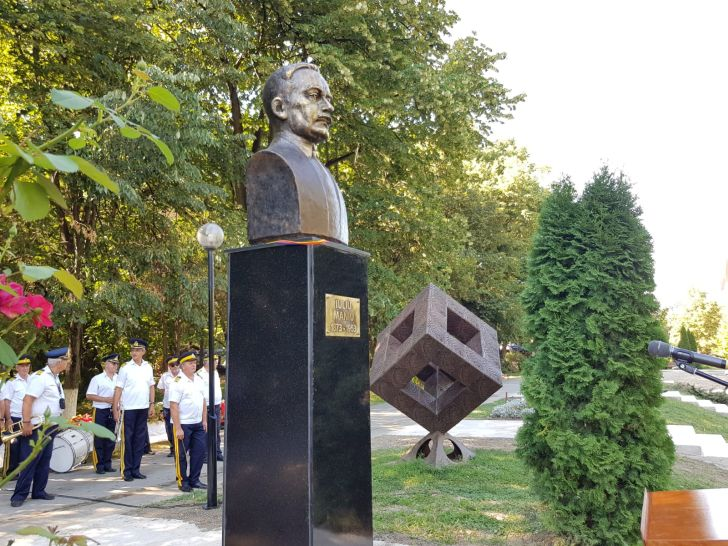 foto bustul lui iuliu maniu pe aleea fauritorii unirii de la bucov