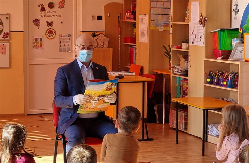 cand primarul isi face timp sa citeasca povesti copiilor se intampla la campina